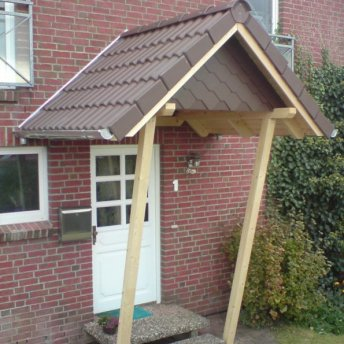 Vordach als Satteldach mit Dachpfannen