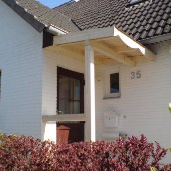 Kleines Vordach im Rohbau
