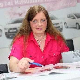 "<p><em>Sabine Laß - Geschäftsleitung und Buchhaltung</em></p> <p><em><em><a href=""mailto:s.lass@auto.lass.de"">s.lass@auto-lass.de</a></em></em></p> <p><em>Tel. 040 - 656 07 00    Fax. 040 - 656 09 04<br /></em></p> <p><em>""Ihr Auto benötigt einen Termin, dann rufen Sie mich an""</em></p>"
