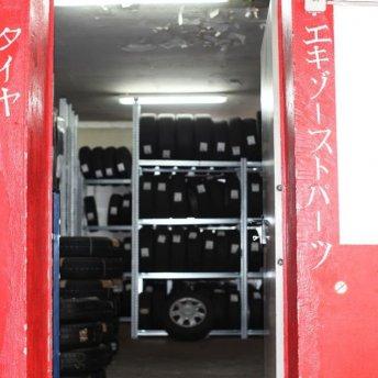 <p><em>Eingang zum Ersatzteil- und Reifenlager</em></p>