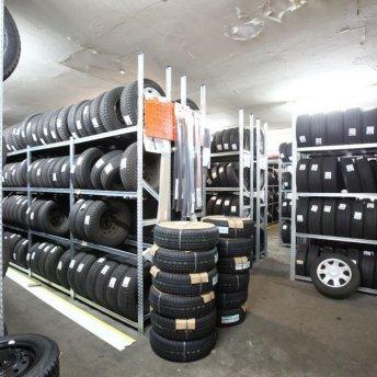 """<p style=""""text-align: left;""""><em>Unser Reifenlager.</em></p> <p><em>Wir lagern Ihre Räder und Reifen.</em></p>"""