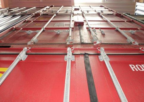 Rote Container in unserem Container-Lager. Hier ist viel Raum für Ihre Möbel.