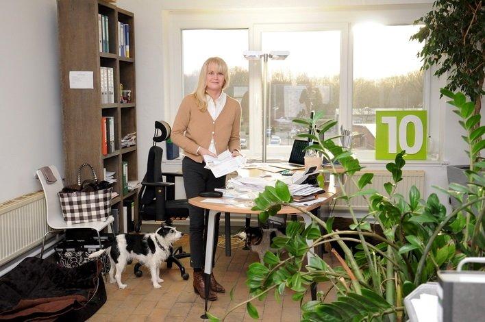 Birgit am Schreibtisch