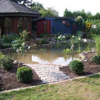 fertiger Teich mit Bepflanzung