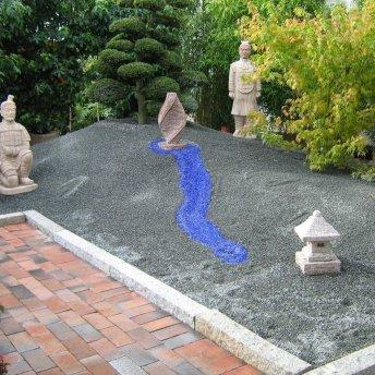 Brunnenstein mit Kiesbett
